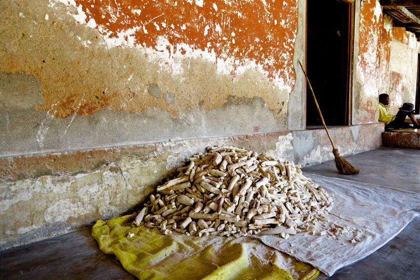 mandioca seca, mercado de pakitiketi- Pemba - Mozambique varios - Augusto Rodríguez, Landscape & Portrait