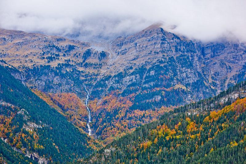 Valle de Bujaruelo con la cascada de Gabieto al fondo. - Otoño en el Pirineo - Bakartxo Aniz Aldasoro, Fotografía de naturaleza, etnografía y viajes