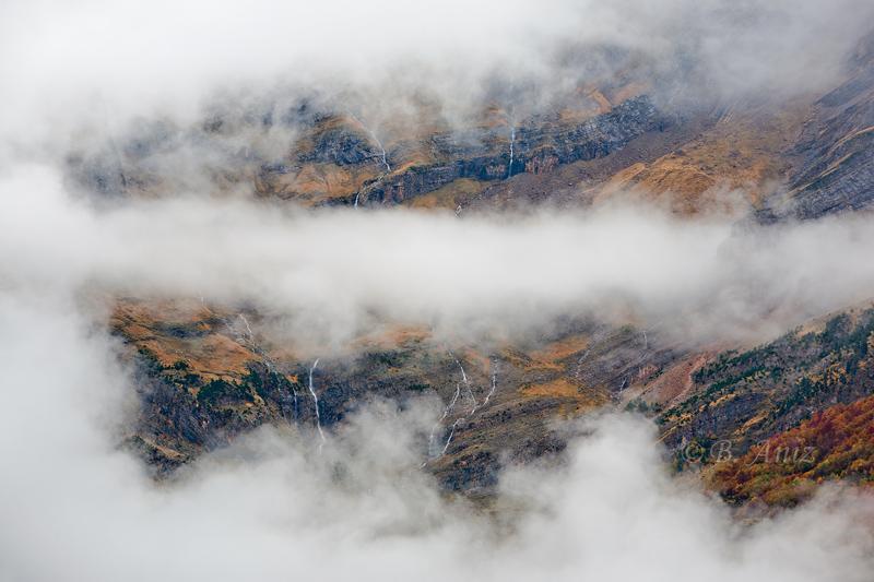 La caprichosa niebla dibuja en el circo de Pineta. - Otoño en el Pirineo - Bakartxo Aniz Aldasoro, Fotografía de naturaleza, etnografía y viajes