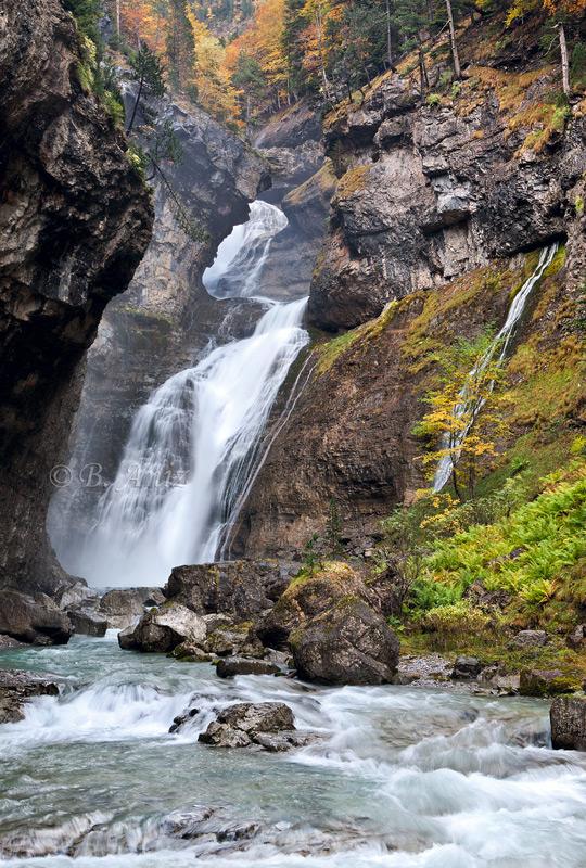 Cascada del estrecho... - Otoño en el Pirineo - Bakartxo Aniz Aldasoro, Fotografía de naturaleza, etnografía y viajes