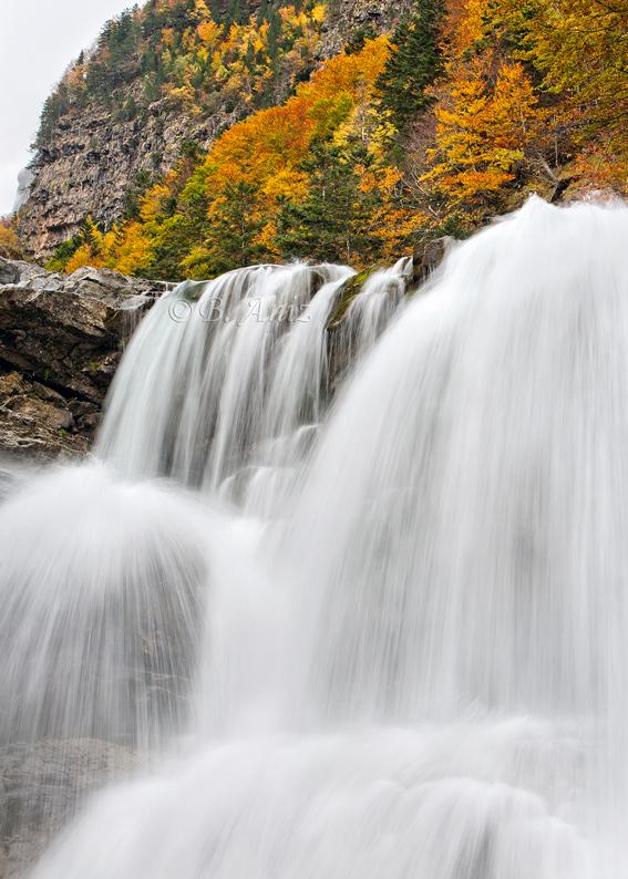 Cascada en el valle de Ordesa. - Otoño en el Pirineo - Bakartxo Aniz Aldasoro, Fotografía de naturaleza, etnografía y viajes