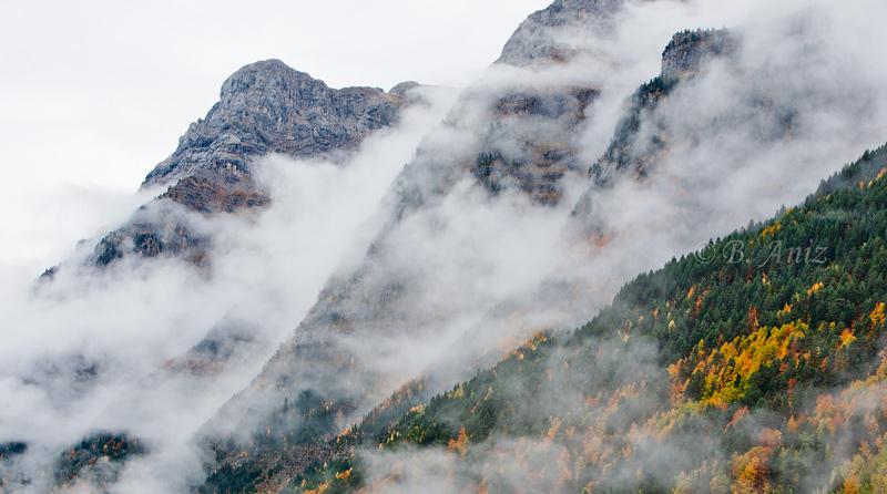 Valle de Pineta inmersa en lluvía otoñal. - Otoño en el Pirineo - Bakartxo Aniz Aldasoro, Fotografía de naturaleza, etnografía y viajes