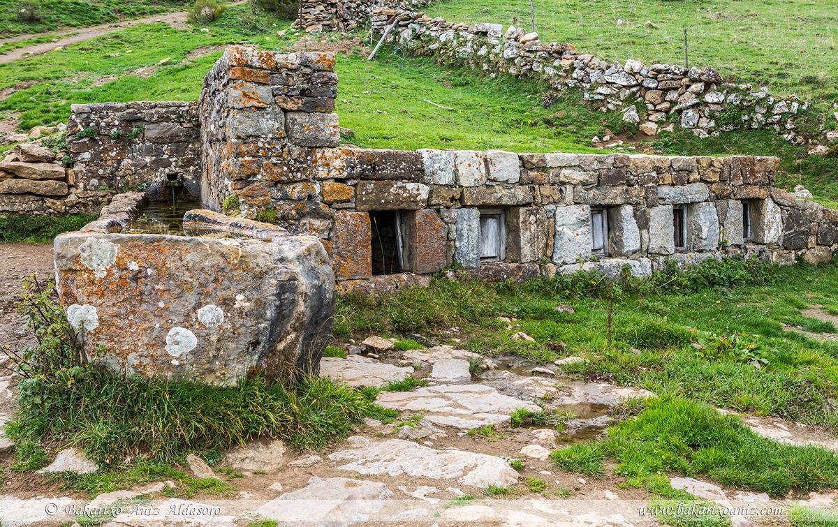 Otcheras - para mantener fresca la leche - Braña de Mumián - Somiedo - Somiedo - Tierra de teitos y bosques - Bakartxo Aniz - Fotografías de Asturias. Somiedo - Muniellos.