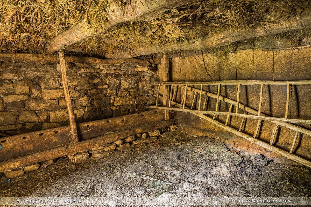 Interior de la planta baja de un teito - Somiedo - Somiedo - Tierra de teitos y bosques - Bakartxo Aniz - Fotografías de Asturias. Somiedo - Muniellos.