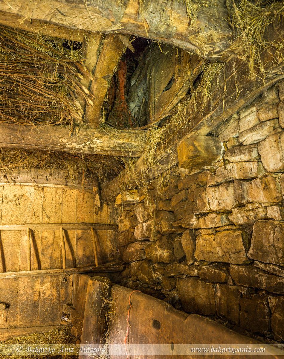 Sobre el pesebre, trampilla para acceder al piso superior del teito - Somiedo - Somiedo - Tierra de teitos y bosques - Bakartxo Aniz - Fotografías de Asturias. Somiedo - Muniellos.
