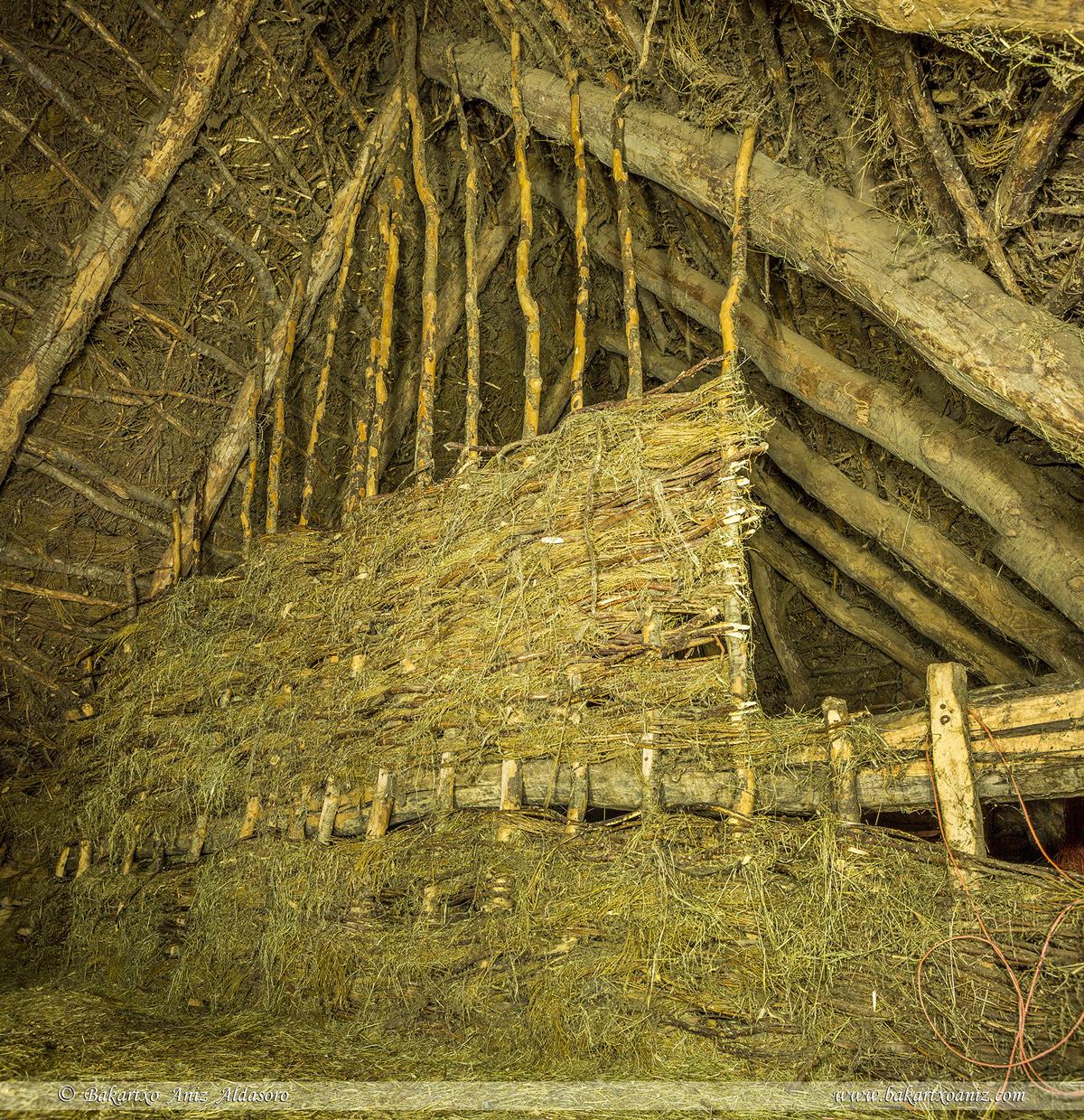 separación en la planta superior de un teito - Somiedo - Somiedo - Tierra de teitos y bosques - Bakartxo Aniz - Fotografías de Asturias. Somiedo - Muniellos.