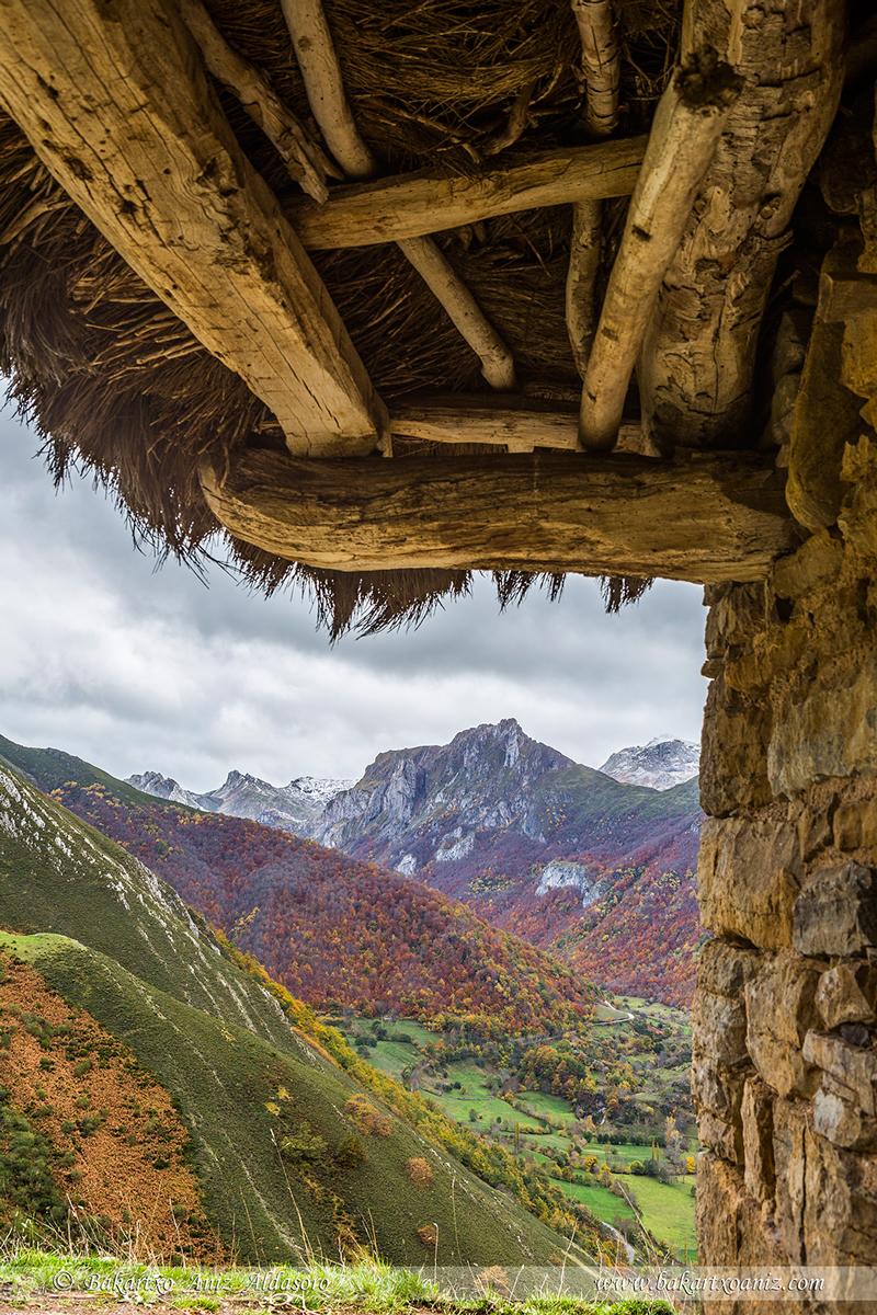 Valle de Saliencia bajo tejadillo de teito - Somiedo - Somiedo - Tierra de teitos y bosques - Bakartxo Aniz - Fotografías de Asturias. Somiedo - Muniellos.