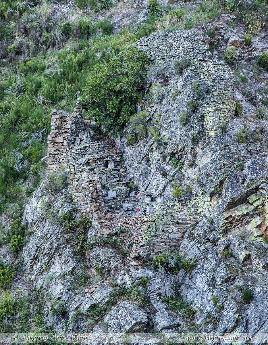 Cortín de abejas en deshuso - Concejo Cangas de Narcea - Somiedo - Tierra de teitos y bosques - Bakartxo Aniz - Fotografías de Asturias. Somiedo - Muniellos.