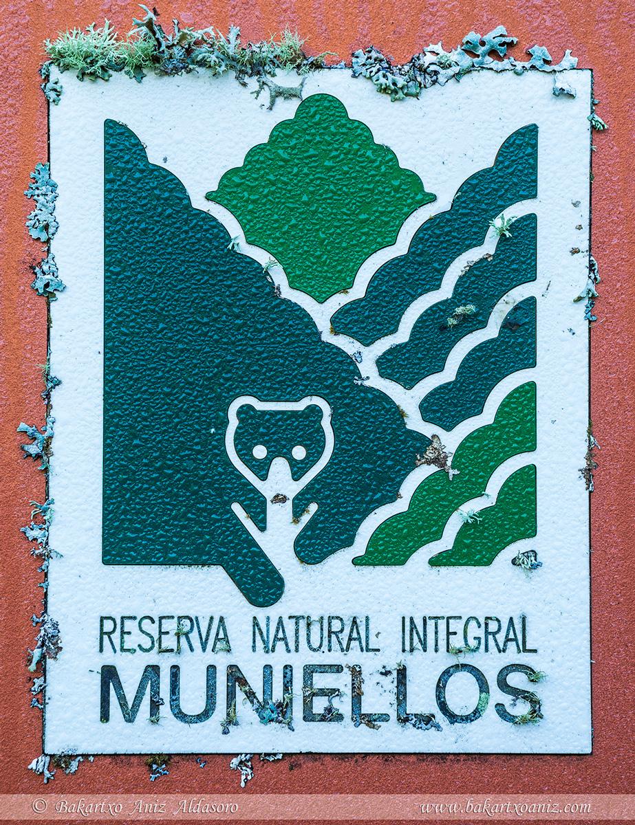 Cartel de la Reserva Integral de Muniellos - Somiedo - Tierra de teitos y bosques - Bakartxo Aniz - Fotografías de Asturias. Somiedo - Muniellos.