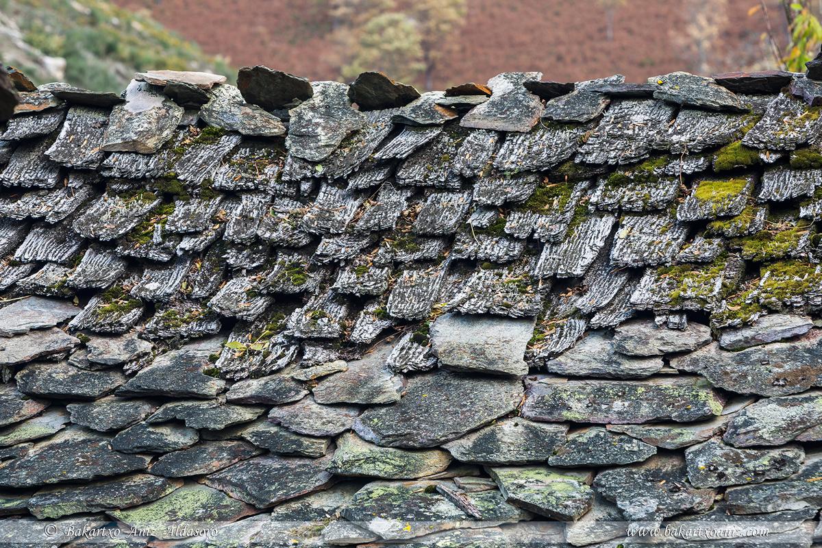 Detalle tejado de madera y losa - Concejo Cangas de Narcea - Somiedo - Tierra de teitos y bosques - Bakartxo Aniz - Fotografías de Asturias. Somiedo - Muniellos.