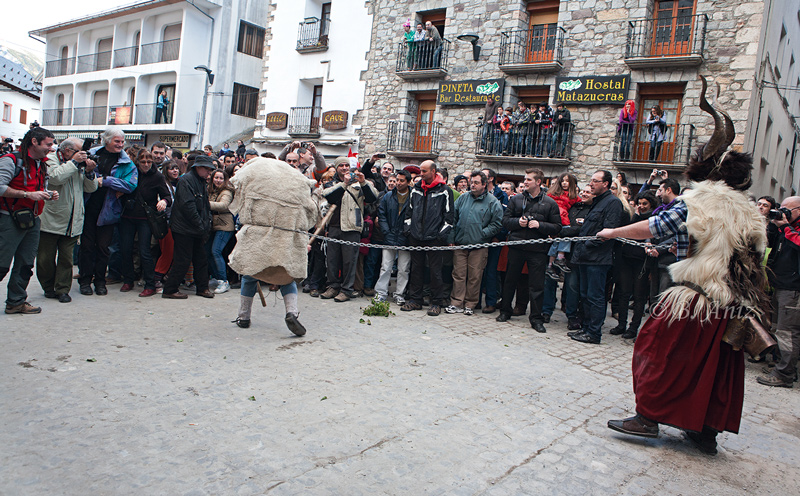 Onso sujetado por tranga en la plaza de Bielsa - Carnavales de Bielsa - Bakartxo Aniz - Fotografías del Carnaval de Bielsa.