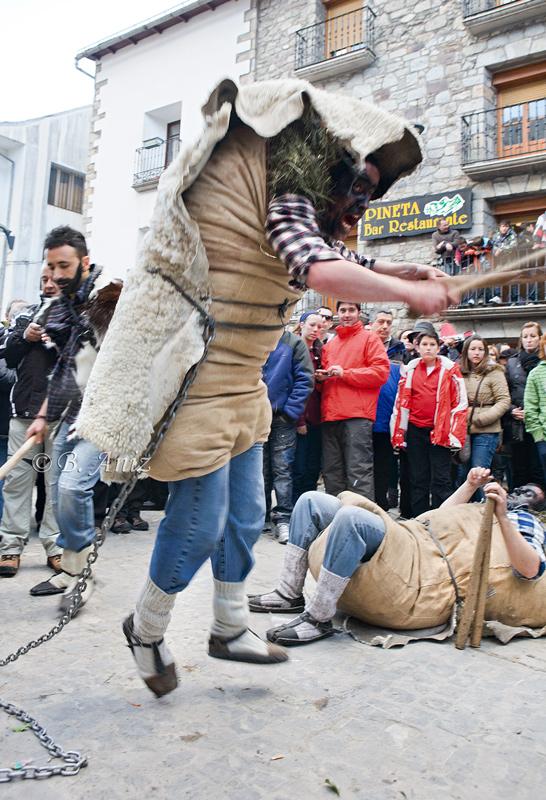 Onso atacando - Carnavales de Bielsa - Bakartxo Aniz - Fotografías del Carnaval de Bielsa.