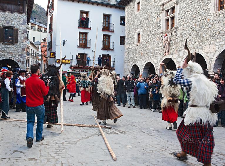 Trangas en la plaza y Cornelio colgado en la fachada - Carnavales de Bielsa - Bakartxo Aniz - Fotografías del Carnaval de Bielsa.