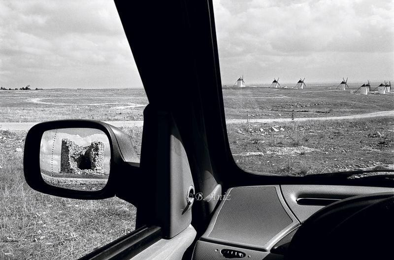 Molino abandonado y molinos rehabilitados - Molinos de la Mancha - Bakartxo Aniz - Fotografías sobre los Molinos de viento - La Mancha.