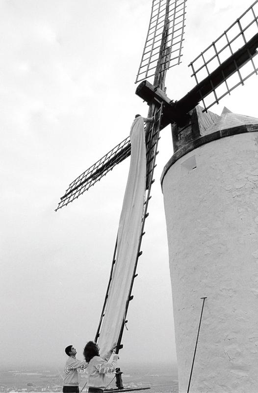 Vistiendo el molino para ponerlo en marcha - Molinos de la Mancha - Bakartxo Aniz - Fotografías sobre los Molinos de viento - La Mancha.