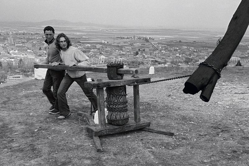 Moviendo la techumbre para aprovechar el viento dominante - Molinos de la Mancha - Bakartxo Aniz - Fotografías sobre los Molinos de viento - La Mancha.