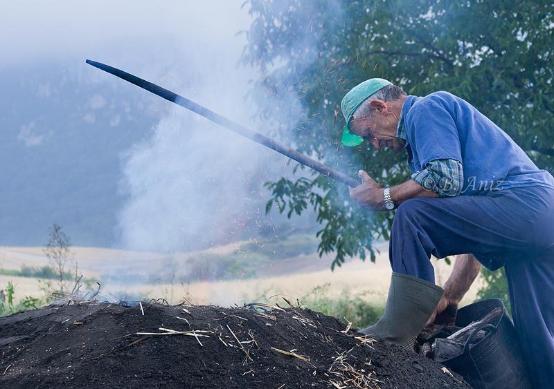 Alimentando la carbonera para que no se apague - Oficio de carbonero - Bakartxo Aniz - Fotografías sobre el oficio de Carbonero - Valle de Lana.