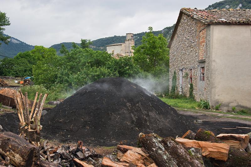 Carbonera en medio del pueblo de Biloria - Valle de Lana - Oficio de carbonero - Bakartxo Aniz - Fotografías sobre el oficio de Carbonero - Valle de Lana.