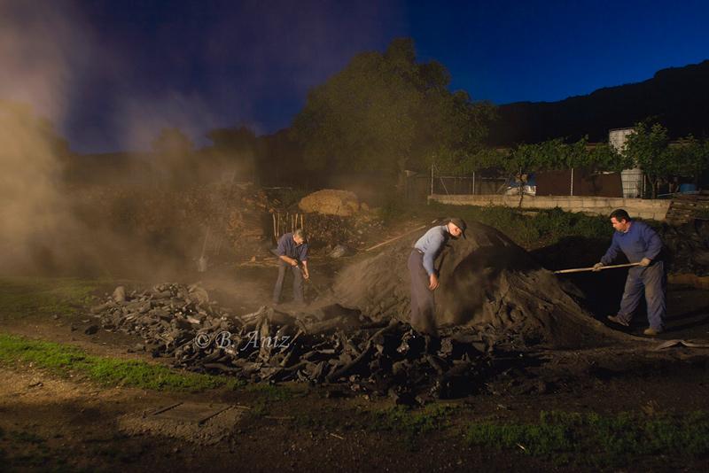 5 de la mañana, hora de sacar la carbonera - Oficio de carbonero - Bakartxo Aniz - Fotografías sobre el oficio de Carbonero - Valle de Lana.