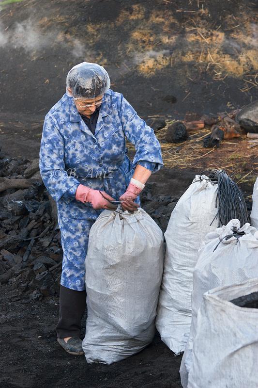 Cosiendo los sacos - Oficio de carbonero - Bakartxo Aniz - Fotografías sobre el oficio de Carbonero - Valle de Lana.