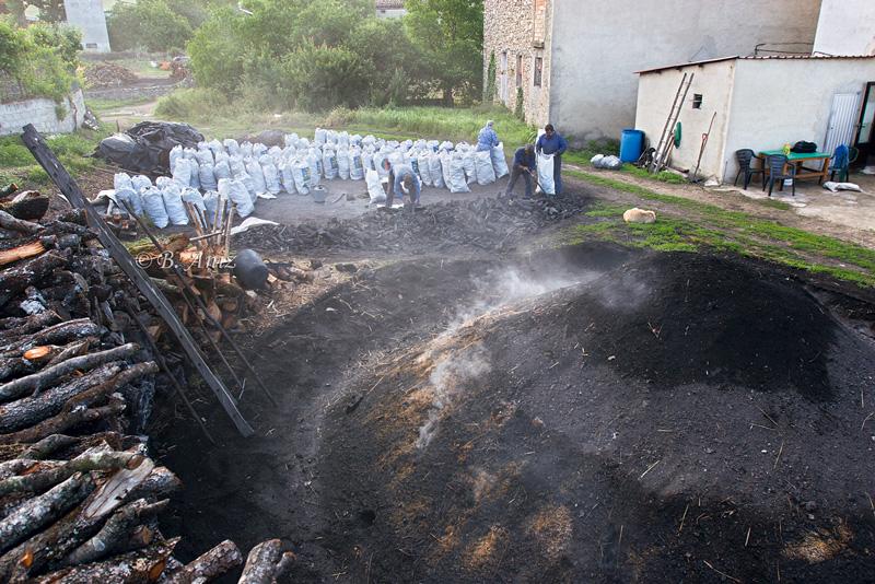 Terminando de recoger la carbonera mientras la otra sigue cociéndose - Oficio de carbonero - Bakartxo Aniz - Fotografías sobre el oficio de Carbonero - Valle de Lana.