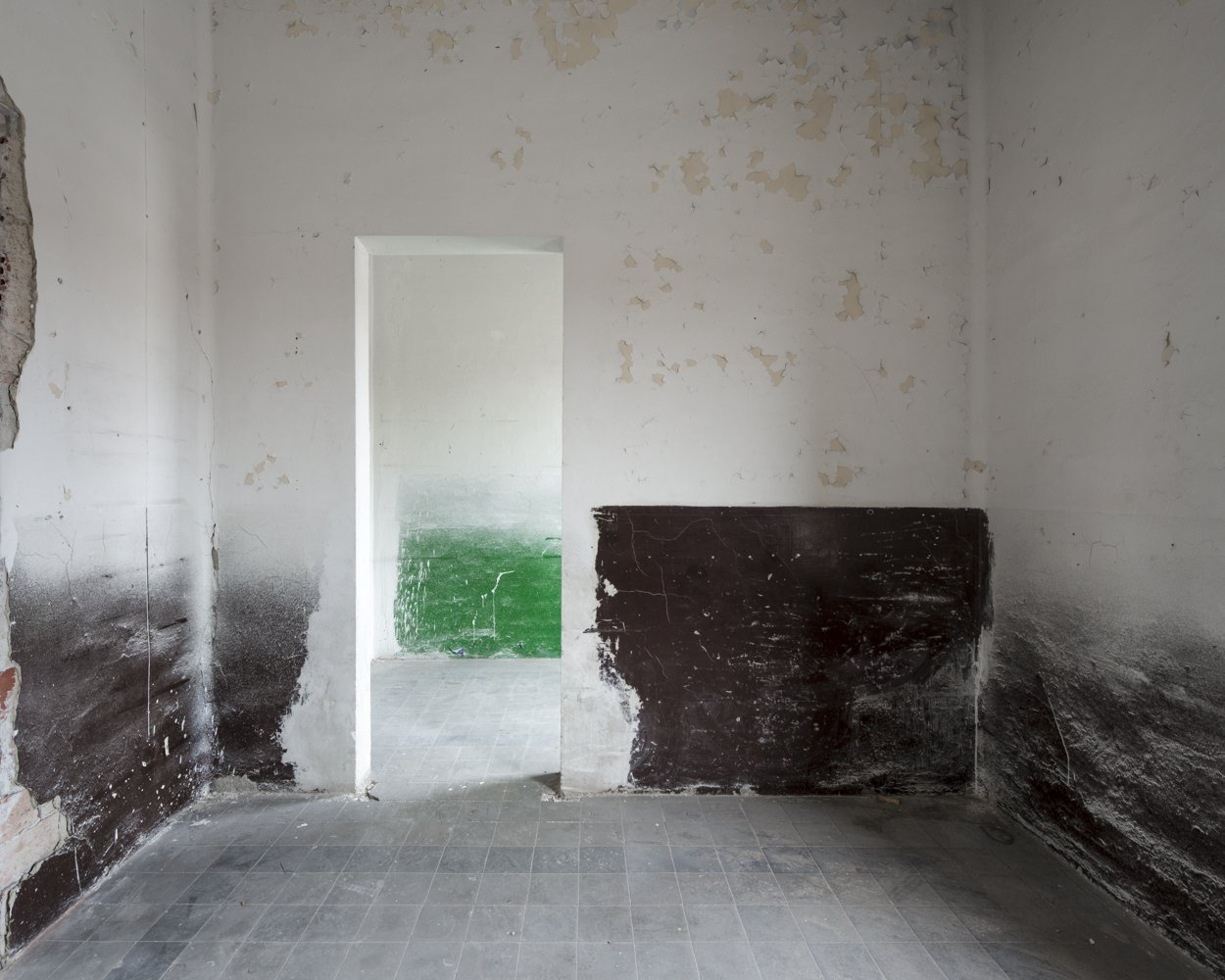 the yellow room in brown and green - EMPTINESS - cesar azcarate fotografia, galerias, emptiness