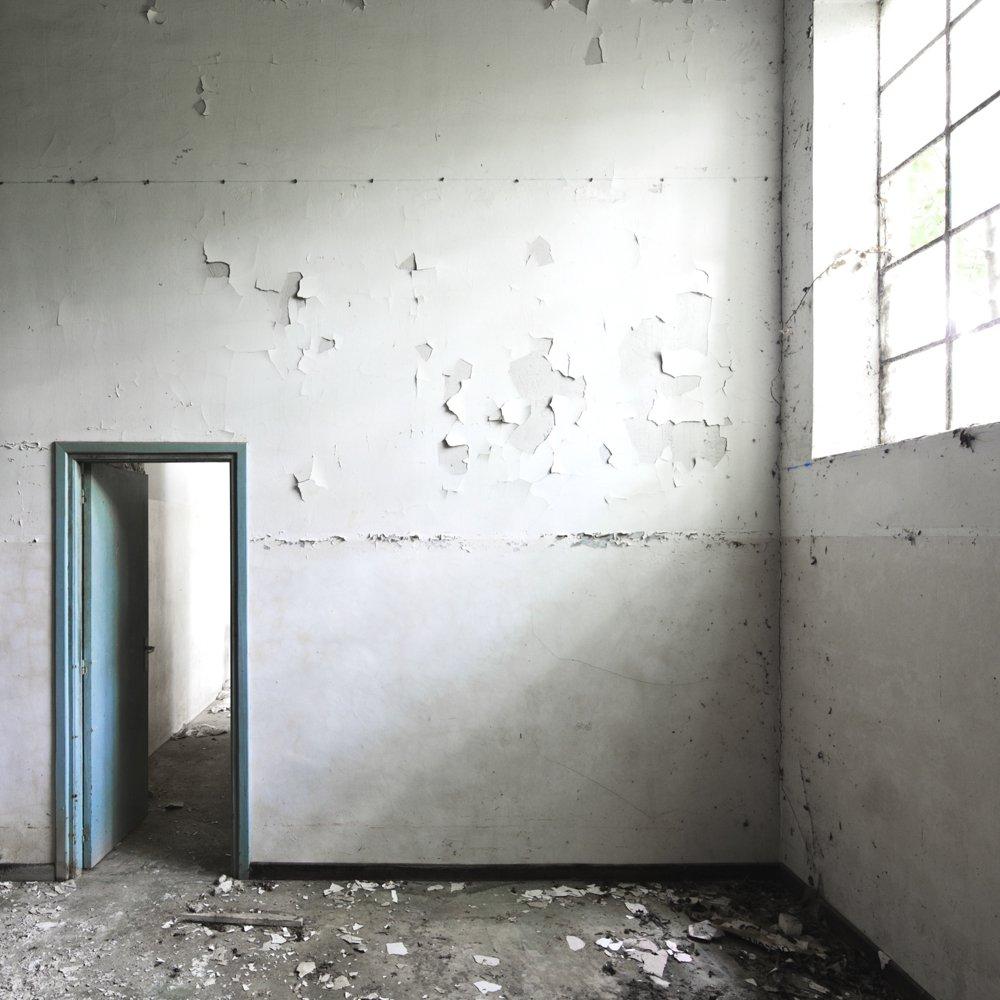 lighting the door - EMPTINESS - cesar azcarate photography, galleries, emptiness