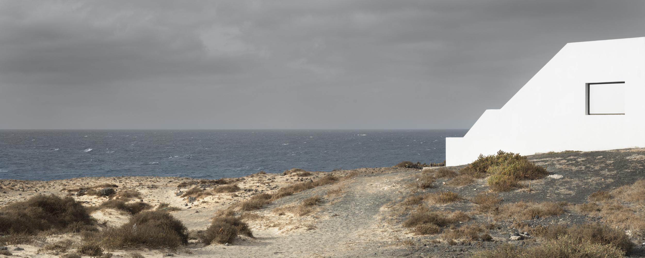 window in white  - THE ISLAND OF THE HORIZON - cesar azcarate, fotografia