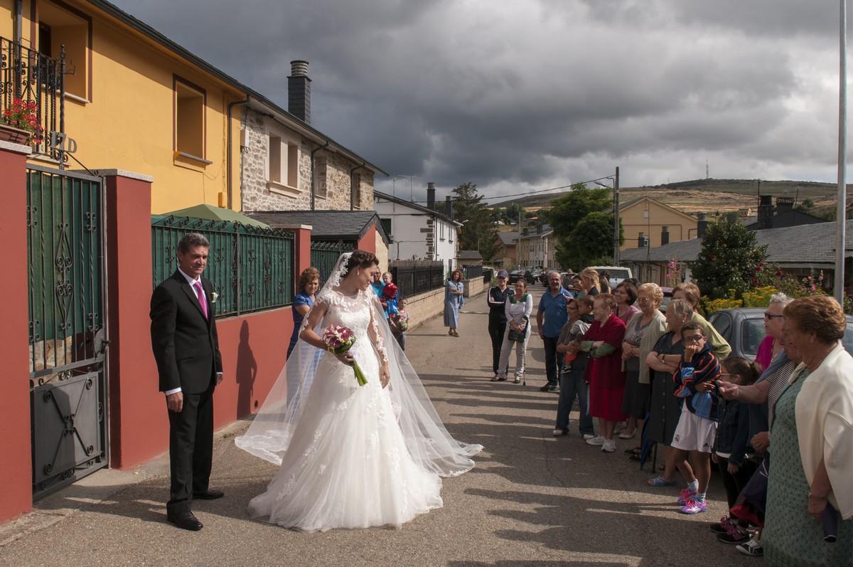 508094648 Salida de casa de la novia en Puebla de Sanabria - David y Susana Puebla de