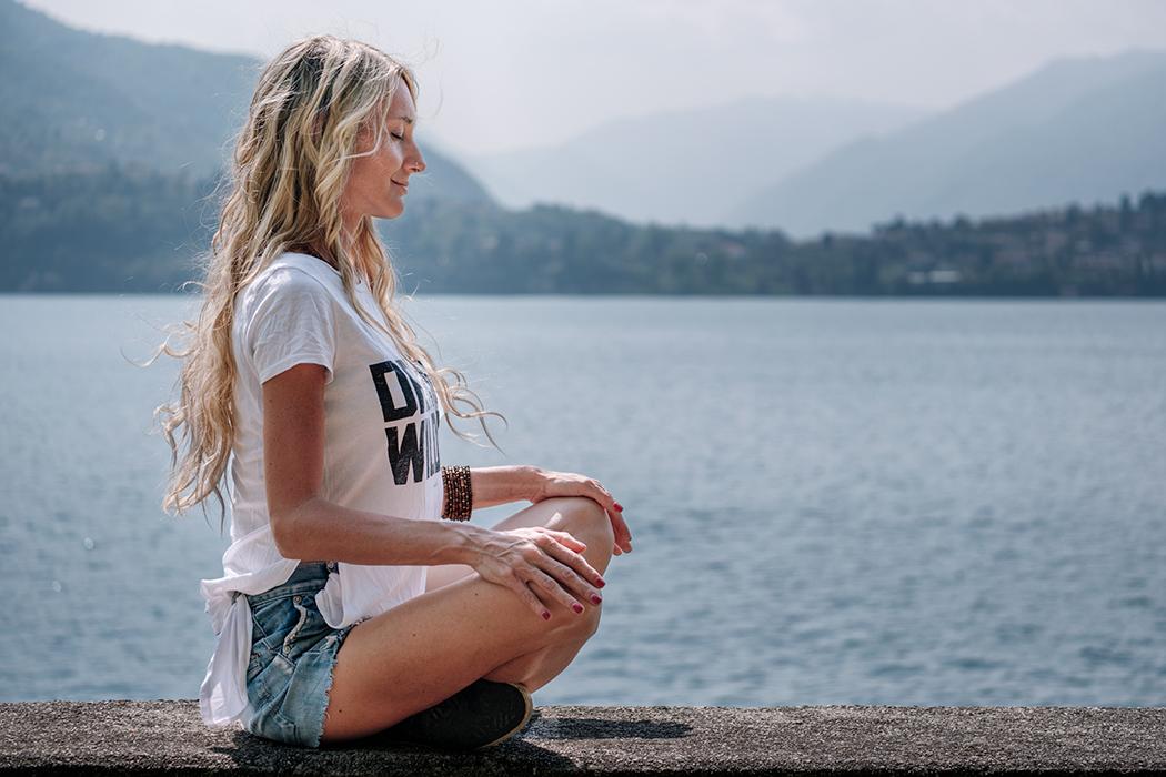 Meditating on the lake - Personas en sus mundos :) -