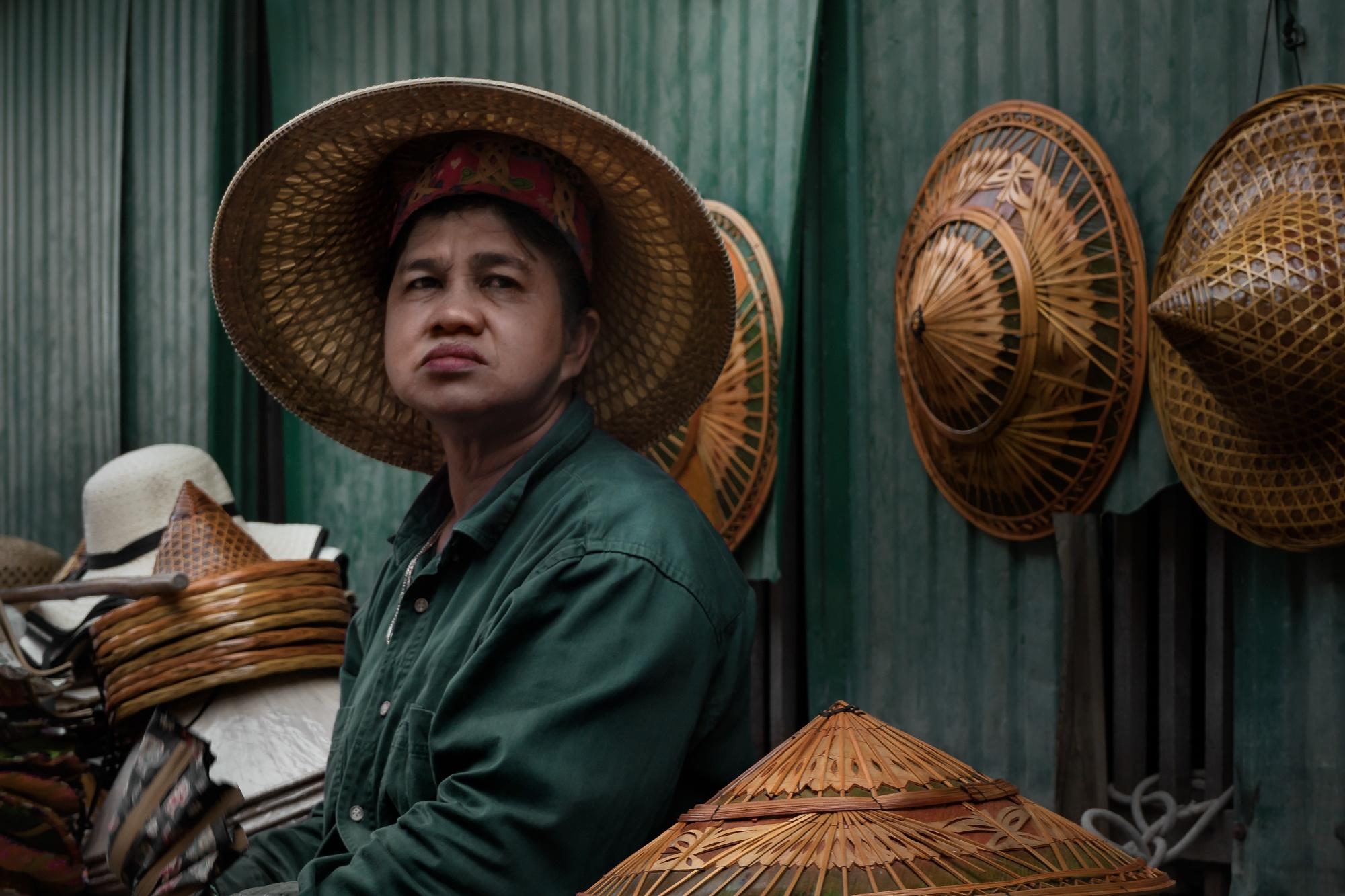 Vendedora de Sombreros, Damnoen Saduak (Tailandia - 2017) - Venditrice di Cappelli, Damnoen Saduak (Tailandia - 2017) - Visage | Ritratti di Viaggio | Dani Vottero