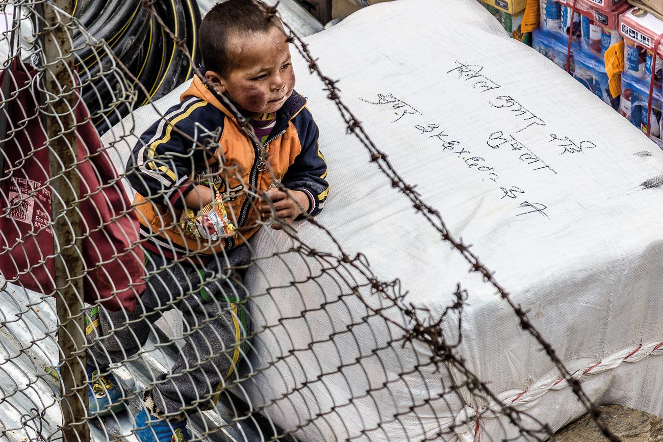 Kid at Lukla Airport - HIMALAYAN TRAILS - Himalayan Trails | Dani Vottero, fotografía de viajes en Nepal