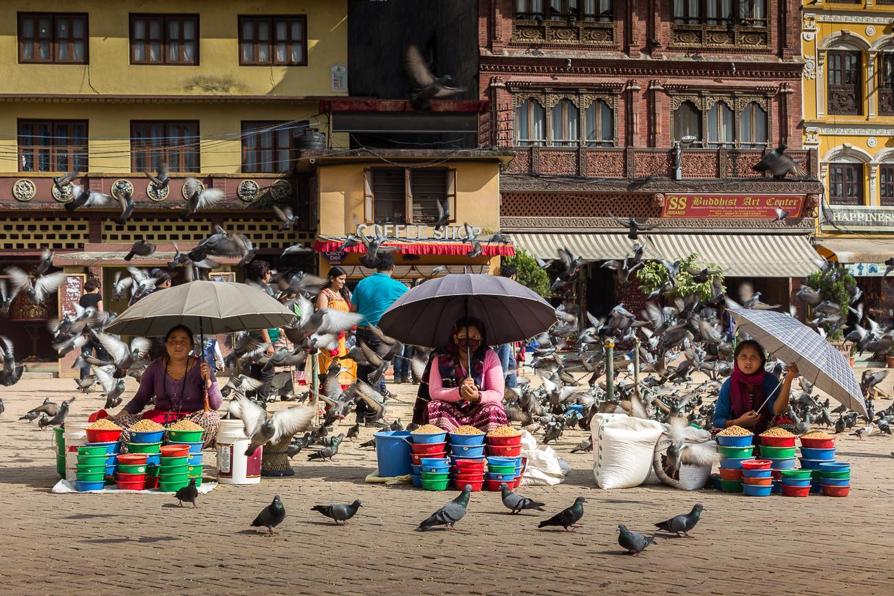 Saleswomen in Bodhnath - HIMALAYAN TRAILS - Himalayan Trails   Dani Vottero, fotografia di viaggio in Nepal