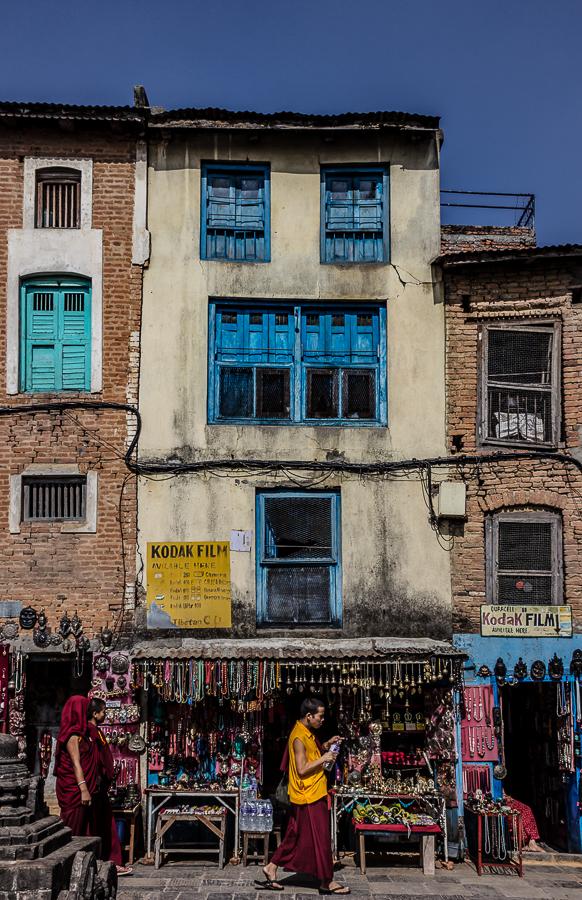 Young monk in Swayambunath - HIMALAYAN TRAILS - Himalayan Trails | Dani Vottero, fotografía de viajes en Nepal