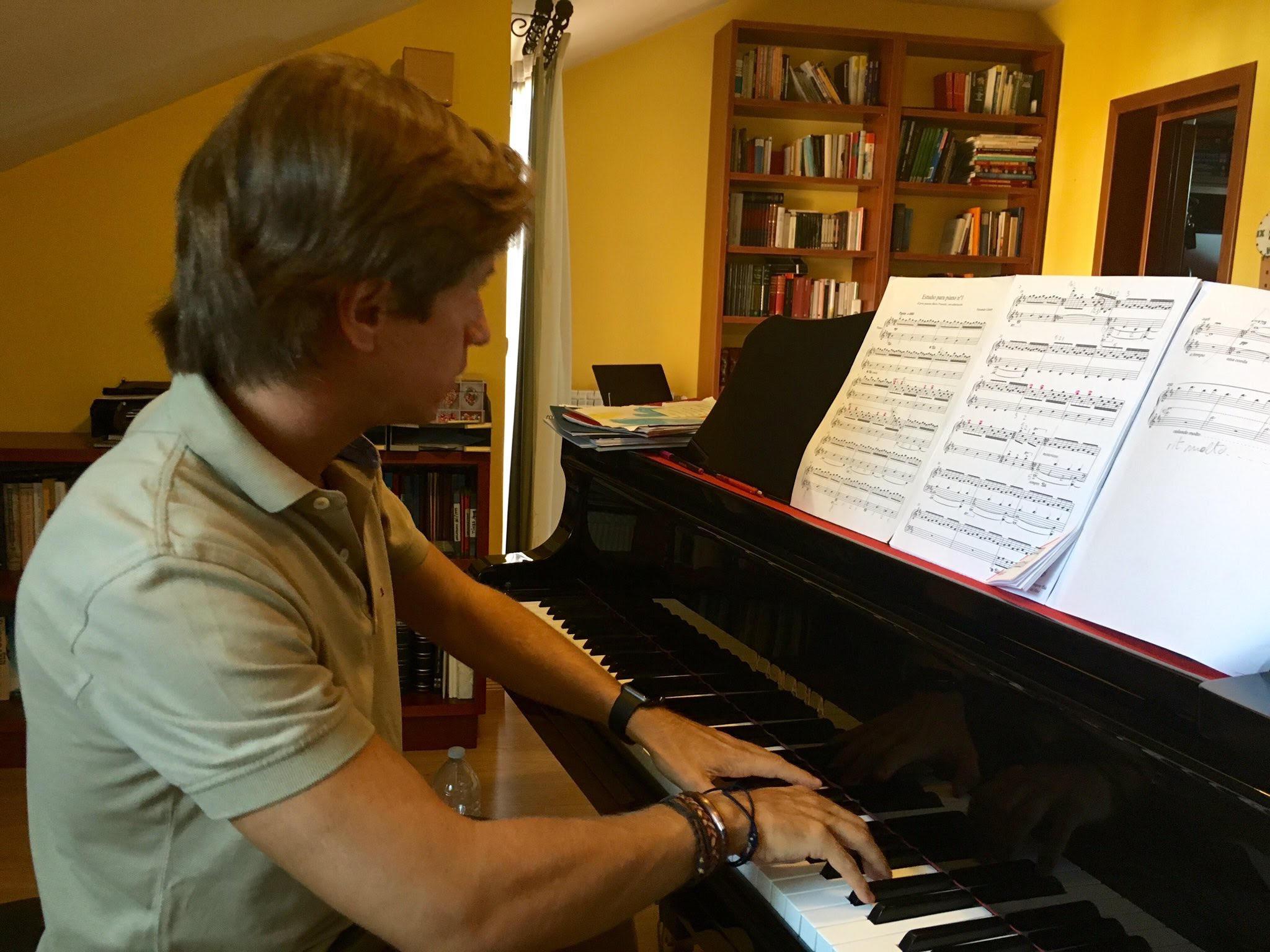 Mario Prisuelos durante los ensayos de mi obra. - Imágenes - Fernando Lázaro, Compositor y Pianista