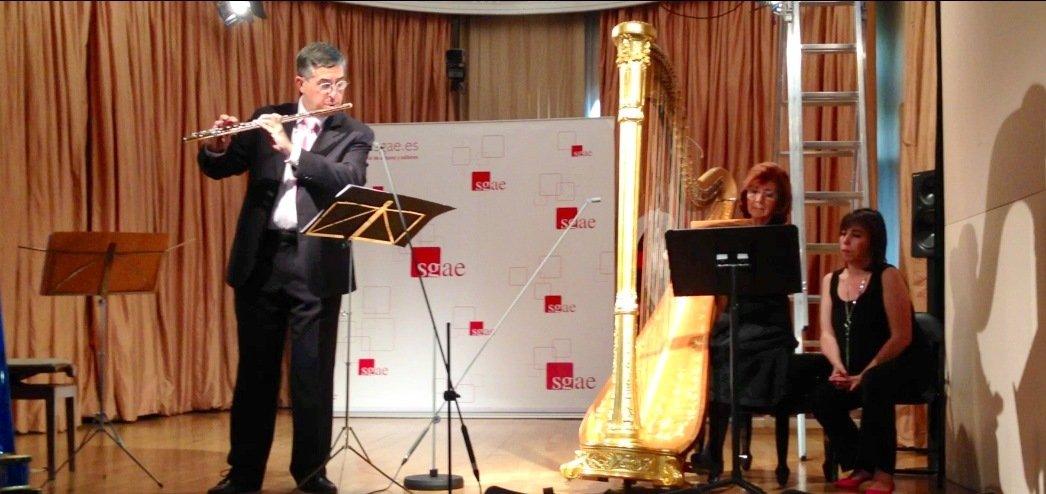 La arpista Mª Rosa Calvo-Manzano y el flautista Vicente Martínez interpretando mi obra