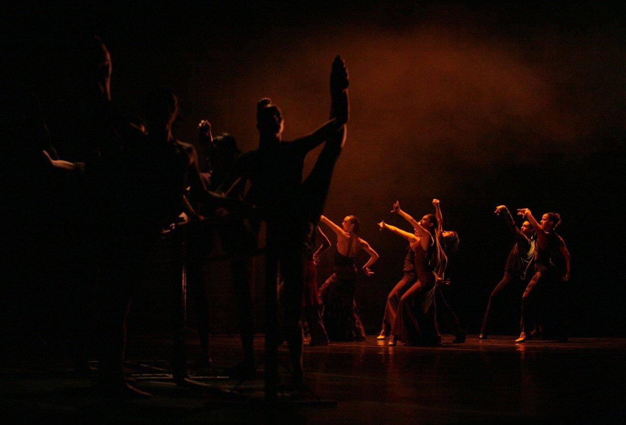 Cuerpo de baile de la Compañia Suite Española interpretando Andante Intermezzo, de F. Lázaro. Teatro de Madrid, 2008. Foto: Jesús Robisco. - Imágenes - Fernando Lázaro, Compositor y Pianista