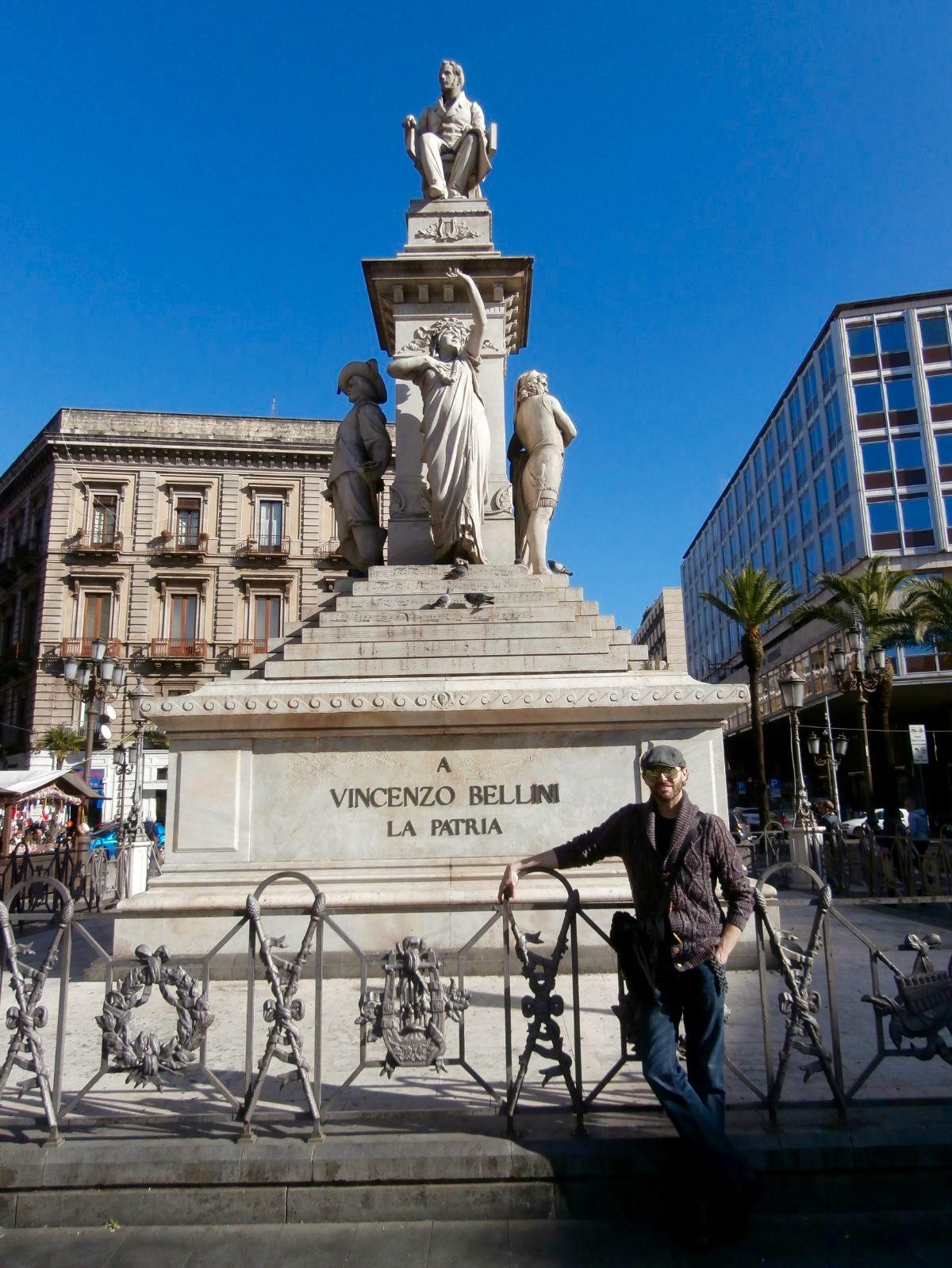 Posando junto al monumento dedicado al gran compositor Vincenzo Bellini, nacido en la misma Catania. Catania, enero 2016. - Imágenes - Fernando Lázaro, Composer and Pianist