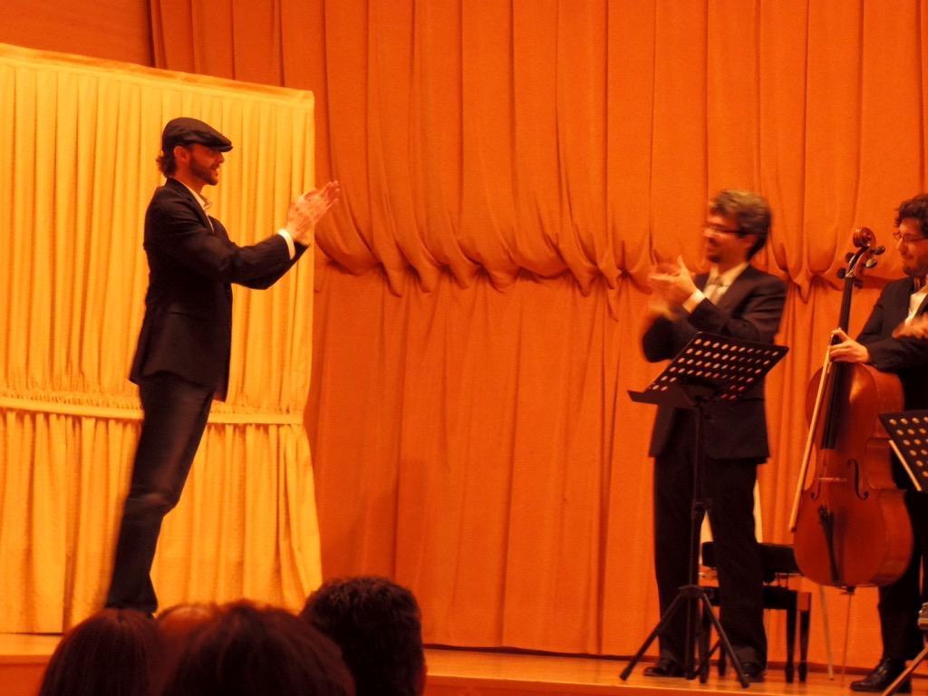 Saludando y aplaudiendo junto al público a los intérpretes momentos después de la interpretación de