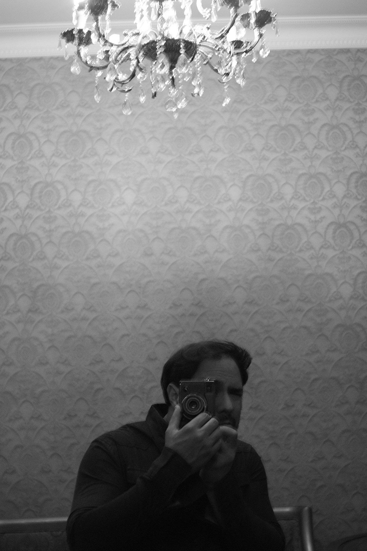 Letonia. Autorretrato - Behind the lens - JOSE V. GLEZ