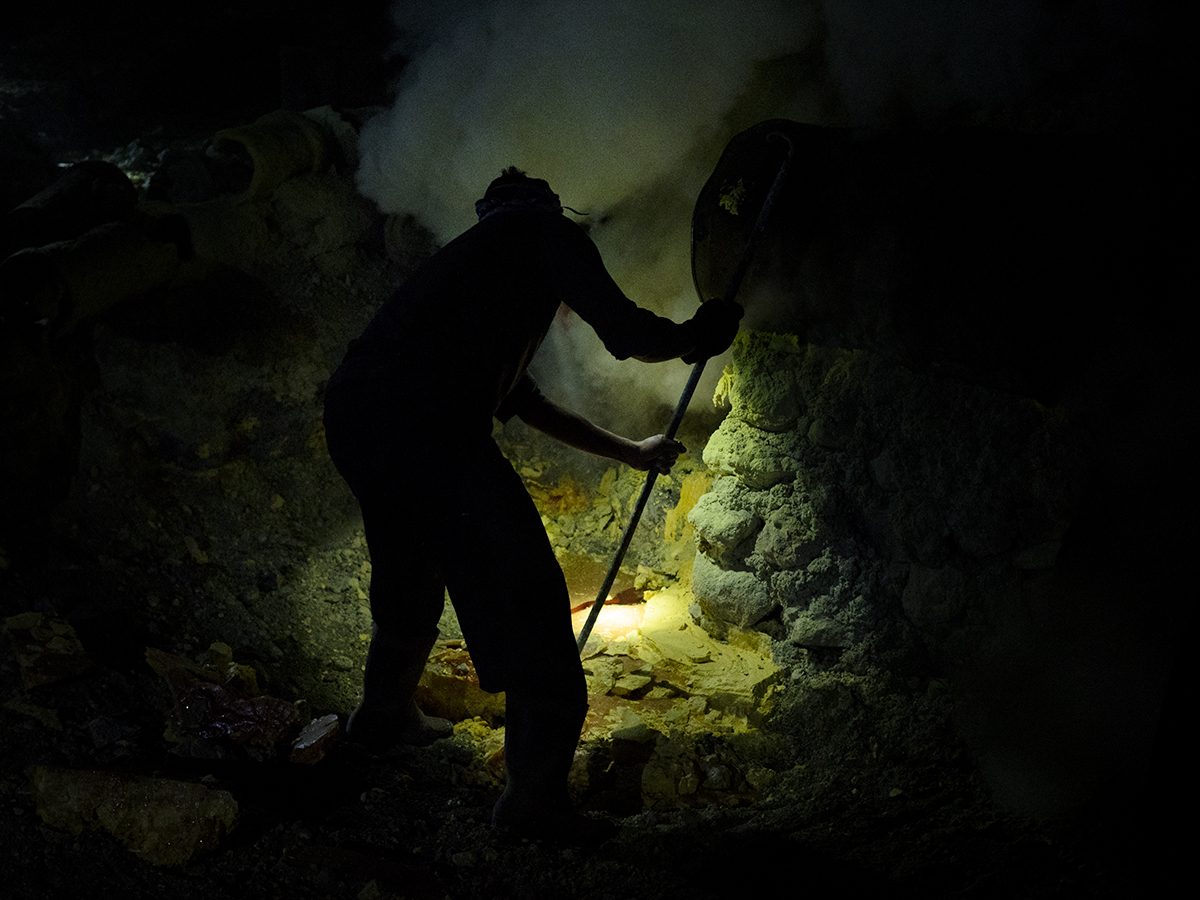Sulfur mining - Julián Rus - Ijen