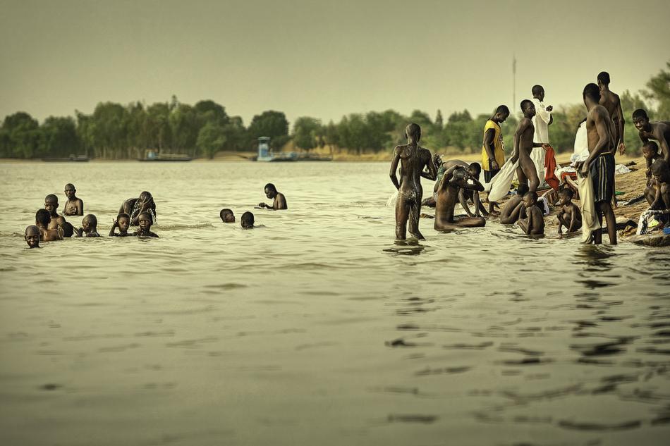 El baño de hombres - El río - MVilches , Fotográfia