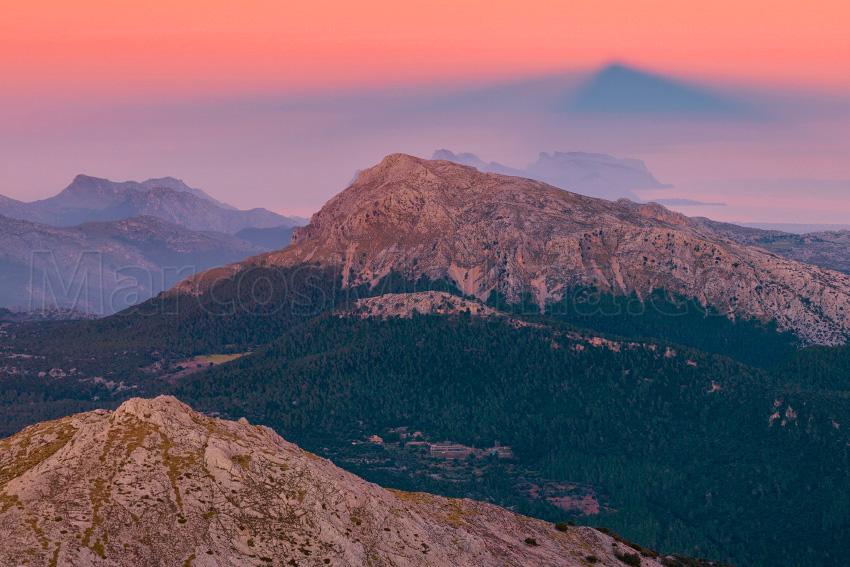 La sombra del puig de Massanella, proyectada sobre el Tomir. Sierra de Tramuntana, Mallorca - Tramuntana, una Isla dentro de otra - Tramuntana, una isla dentro de otra