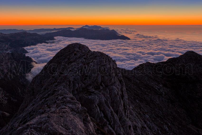 Crepúsculo en la cima del Puig Major. Una capa de estratocúmulos cubre el valle de Sóller. Sierra de Tramuntana, Mallorca - Tramuntana, una Isla dentro de otra - Tramuntana, una isla dentro de otra