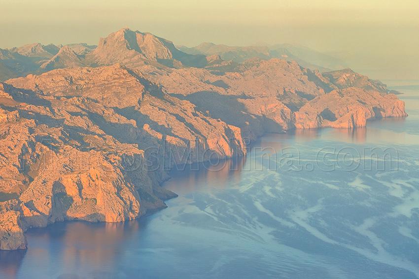Sierra de Tramuntana y marina de Escorca al amanecer, Mallorca - Tramuntana mountains and Escorca coast at dawn, Majorca - From a Bird´s Eye