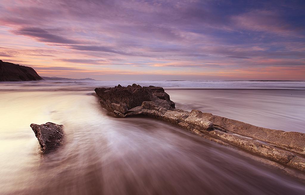 Arrow pointing to sea - Marilar Irastorza, Photography