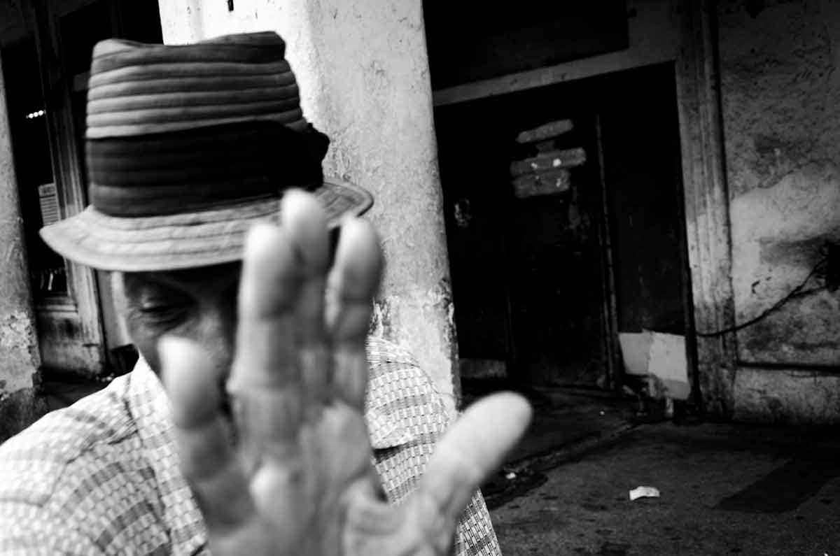 cuban picture of old man - Anonymous Island - Anonymous Island - Cuban Photo essay of Louis Alarcon about Cuba and its mistery