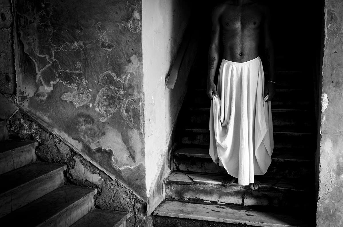 cuban picture, of man with skirt and head - Anonymous Island - Anonymous Island - Cuban Photo essay of Louis Alarcon about Cuba and its mistery