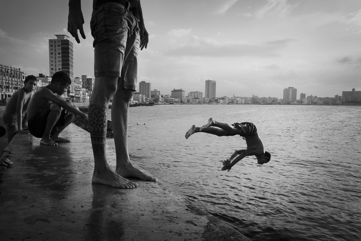 jumper in malecon cuban picture - Jumpers - Last jump in Havana - Cuban Photography essay about the last jumpers in Malecon.
