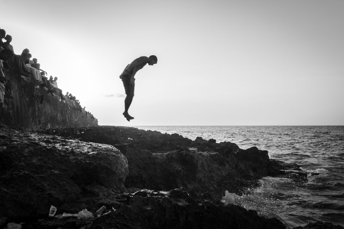 one tennager jumping in havana - Jumpers - Last jump in Havana - Cuban Photography essay about the last jumpers in Malecon.